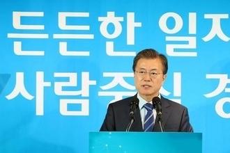 """""""文대통령, 2020년 최저임금 1만원 목표에 신축적 입장"""""""