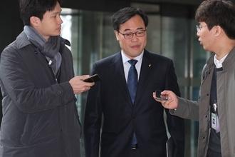 '외유성 출장' 김기식 금감원장, 전방위 공격에도 '갈 길 가겠다' 굳은 의지