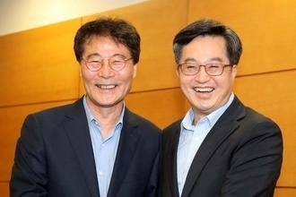 '경제 투톱' 김동연·장하성, 손 맞잡고 경제현안 논의